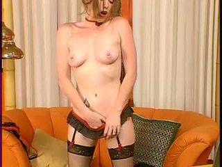 Slutty brunette aimee lief gets ook heet naar handvat aanraken haarzelf op de zitbank