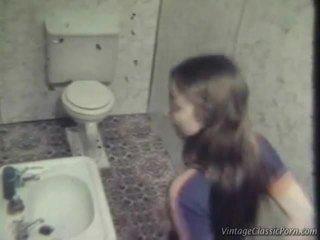 سخيف onto ال washroom أرضية