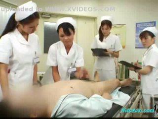 4 nurses giving afrukken en pijpen voor patiënt sperma naar mond