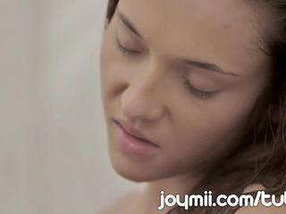 Joymii slim unge alexis brill merker kjærlighet i den dusj og likes det våt