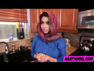 Hijabi বালিকা ada has থেকে স্তন্যপান বাইকের আসন এবং obey