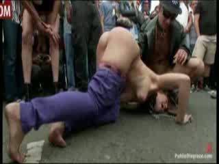 소녀 gets publicly spanked