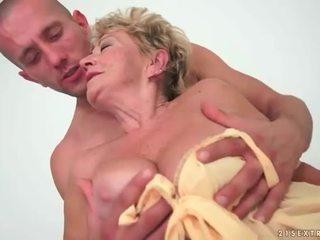 奶奶 enjoys 熱 性別 同 年輕 男人