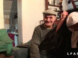 Une vieille nonne baisee et sodomisee par papy et anak pote