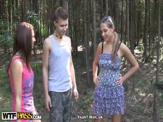 2 seksuālā meitenes uz karstās ārā no doors bump