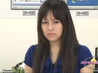 Asiatiskapojke nyheter announcer getting henne tuttarna rubbed bröstvårtor sucked fittor licked och fingered på lever show
