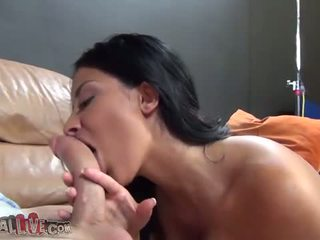 Annisa kate gives 一 感性 口交 如 她 moans l