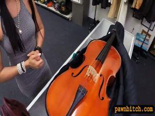 业余 孩儿 sells 她的 cello 和 pounded 在 该 幕后
