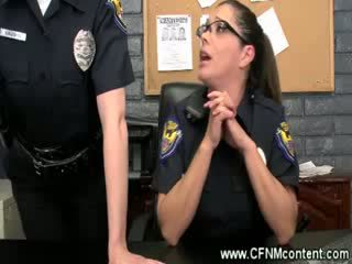 The पोलीस frisk उन के लिए रफ dongs को चूसना पर पर the स्टेशन
