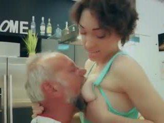 Cutie 학교 소녀 처음으로 시간 빌어 먹을 늙은 사람 closeup 정액 제비 비디오