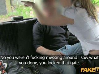 Pryč povinnost policejní žena enters a fake taxi