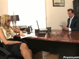 Aleska diamond fucks haar baas naar sparen haar baan
