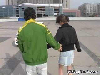 युवा गर्ल पर roller skates sucks कॉक पर बालकनी