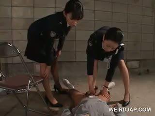 Mulkku starved aasialaiset poliisi naiset giving runkkaus sisään vankilaan