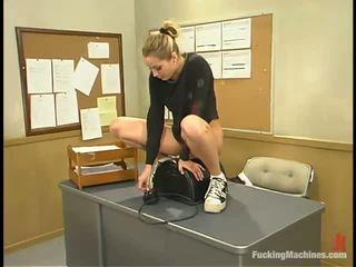 Sensuous pedagogue has a screwing maszyna pod jej biurko