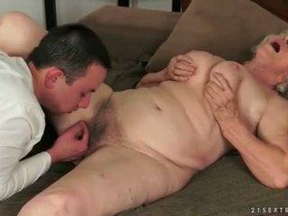 Jong man loves rondborstig vet harig oma