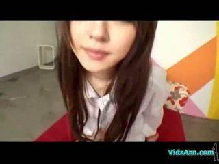 Asiatiskapojke flicka i shirt giving avsugning körd på den säng