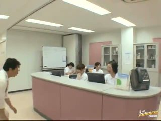 不错 日本语 护士 gives 一 stroking 到 该 病人