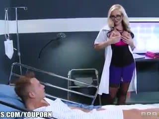 Dreckig blond doktor alena croft helps sie patient gefühl besser