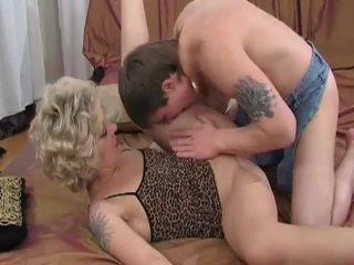 Napalone blondynka mamuśka sucks i fucks młody guy
