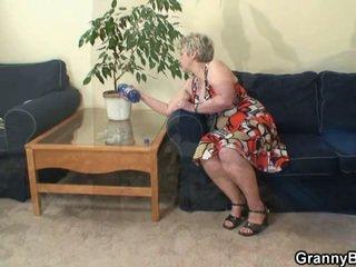 Lonely grannyen takes stor kuk