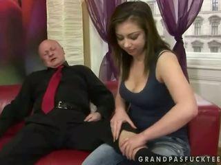 Mycket gammal morfar fucks ung flicka