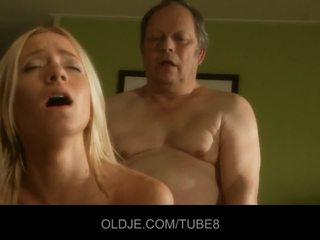 Grasso vecchio uomo gets fucks caldi giovane bionda