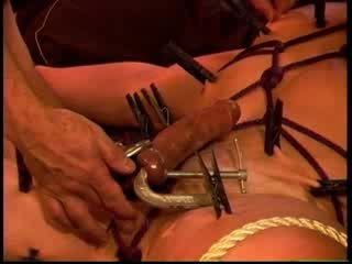 Eric michaels palle squeezed da clamps mentre clothespins are placed a squeeze ogni inch di skin.