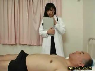 Arrapato giapponese infermiera gives mano lavoro