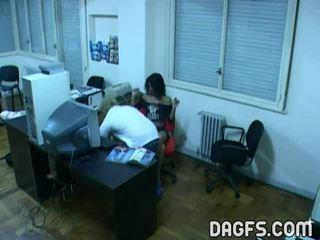Kancelária súložiť prichytené podľa skrytý webkamera
