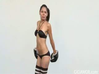 Schattig latina cici amor blows lul terwijl wearing een boksen handschoenen