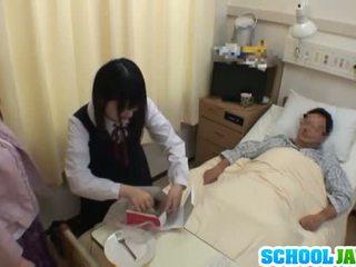 Asiatiskapojke skol visits male vän i hospital för en
