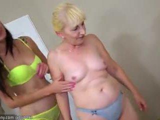 Brunette lesbisk jente og blond lesbisk eldre ha lang dildo