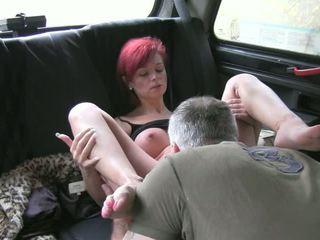 Roodharige amateur zuigen en gets banged in fake taxi