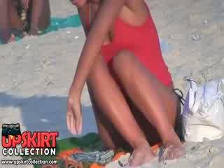 Guy spied la guapa bien shaped cuerpo de largo legged bimbo en la caliente micro bikini