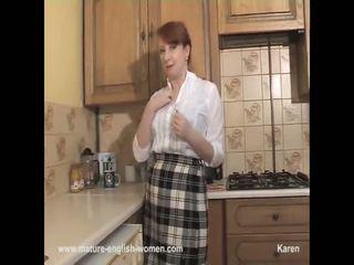 Rūdmataina mammīte teases un strips uz the virtuve