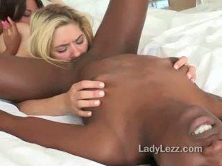 Starprašu lesbiete vāvere licking mežonīga threeway