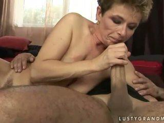 Perempuan tua gets dia berbulu alat kemaluan wanita kacau