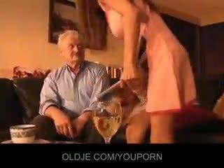 Grand-père baisée par jeune alice