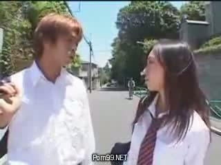 Schoolmeisje in de stad dat zetten op een uniform deel 1 heet aziatisch (japanese) tieners