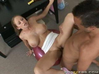 Abby rode gets en fullständig knull träning som hon acquires slammed på en gym ball