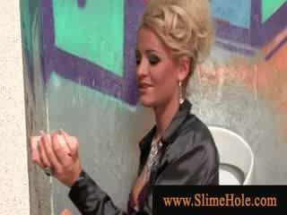 Blondy zuigen lul van de gloryhole gets sprayed met sperma