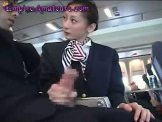 Japonská letuška assists člověk