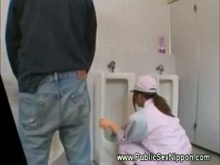 Publiek pijpen in de mens toilet