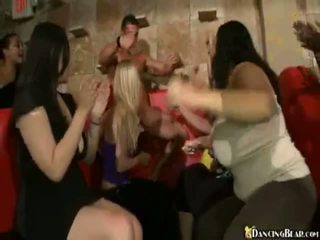 Male stripper goes rond reciving bjs en xxx