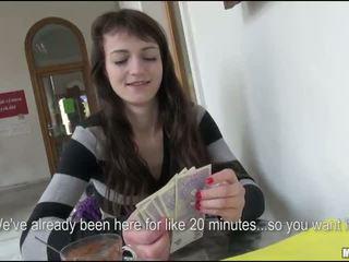 Slank eurobabe aimee ryan geneukt voor cash