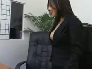 Secrétaire sativa rose en collants baise sur son bosses bureau
