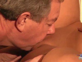 Stap pa betrapt jong secretaresse masturberen