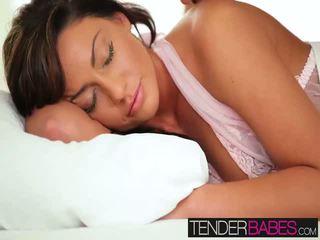 Tiffany brookes chặt chẽ âm hộ getting khoan cứng trên các giường