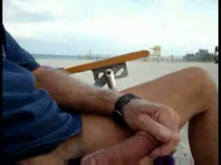Αμερικάνικο τουρίστας τραβώντας μαλακία επί ο παραλία ενώ γυναίκα passing με βίντεο
